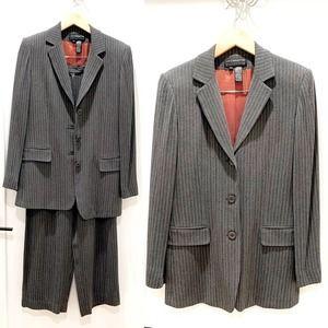 Liz Claiborne Grey & White Pinstripe Pant Suit 4/8